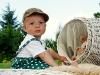 dítě s medvídkem v koši