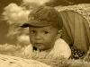 dítě v koši - sepia - mraky