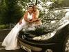 novomanželé u automobilu