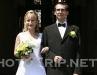 nevěsta s ženichem před radnicí