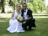 sedící nevěsta s ženichem