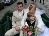 nevěsta a družička v kočáře