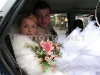 novomanželé v autě